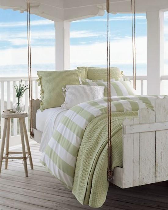 Hängebett draußen Retro Stil sehr komfortabel helle Farben einladend