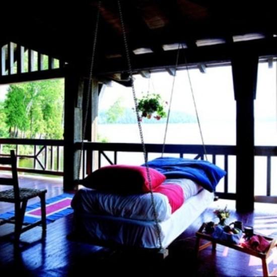 Hängebett draußen auf der überdachten Terrasse Platz zur Entspannung