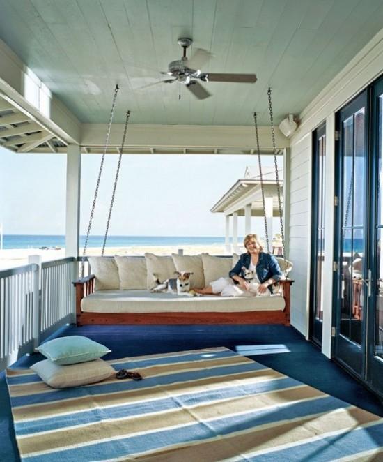 Hängebett draußen auf der überdachten Terrasse im mediterranen Stil