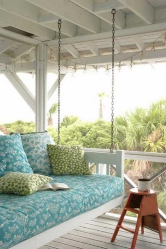 Hängebett draußen auf der überdachten Terrasse perfekte Höhe Polsterung Deko Kissen Beistelltisch