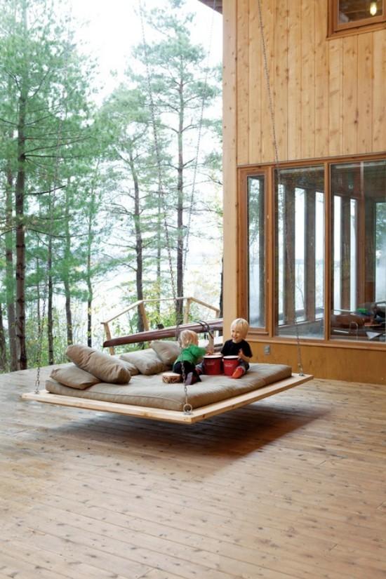 Hängebett draußen auf der Veranda Lieblingsplatz für Kleinkinder zum Spielen