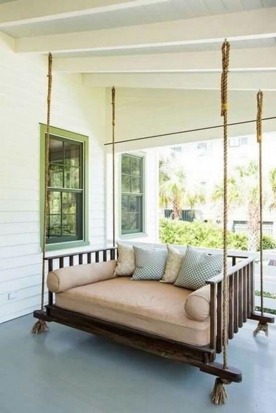 Hängebett draußen auf der Veranda vollen Komfort und Relax genießen im Sommer