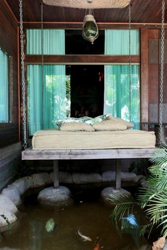Hängebett draußen ausgefallenes Design direkt am Wasser auf Pfeilen stehend