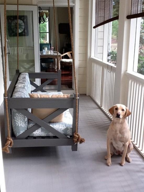 Hängebett draußen einfaches Modell auf der überdachten Veranda Hund daneben