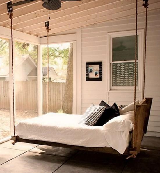 Hängebett draußen einfaches Modell auf der Veranda sehr romantisch und einladend wirken