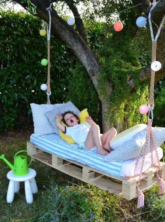 Hängebett draußen im Garten ein Kind darauf macht Nickerchen