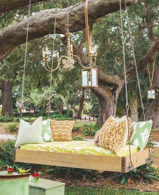 Hängebett draußen im Garten viel Grün Laternen Kronleuchter Retro Stil