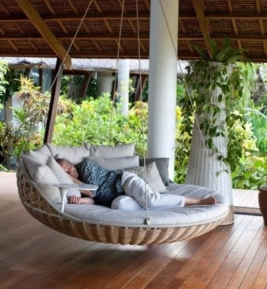 Hängebett draußen in runder Form auf der überdachten Veranda für ein Nachmittagsschläfchen im Freien