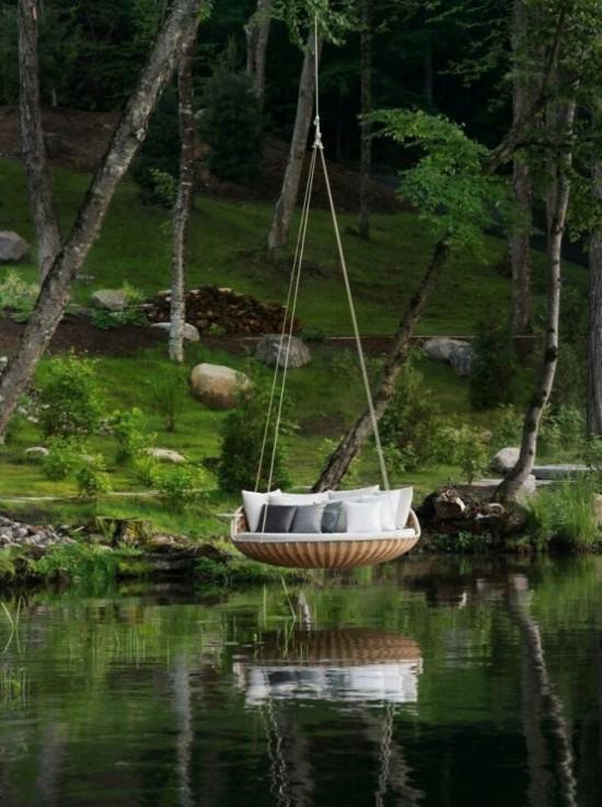 Hängebett draußen in runder Form direkt über dem See schöner Blick