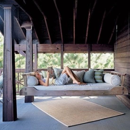 Hängebett draußen komfortabel im Freien liegen und lesen leichter Zugang auf die Liegefläche