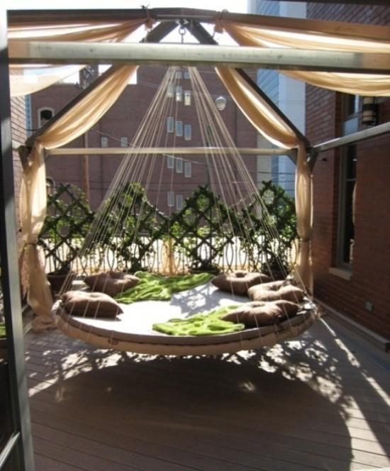 Hängebett draußen komfortables modernes Modell in runder Form momentan sehr trendy ideen