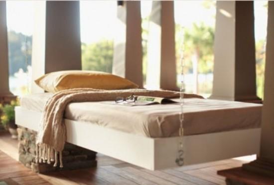 Hängebett draußen modernes Modell auf der Veranda sehr komfortabel