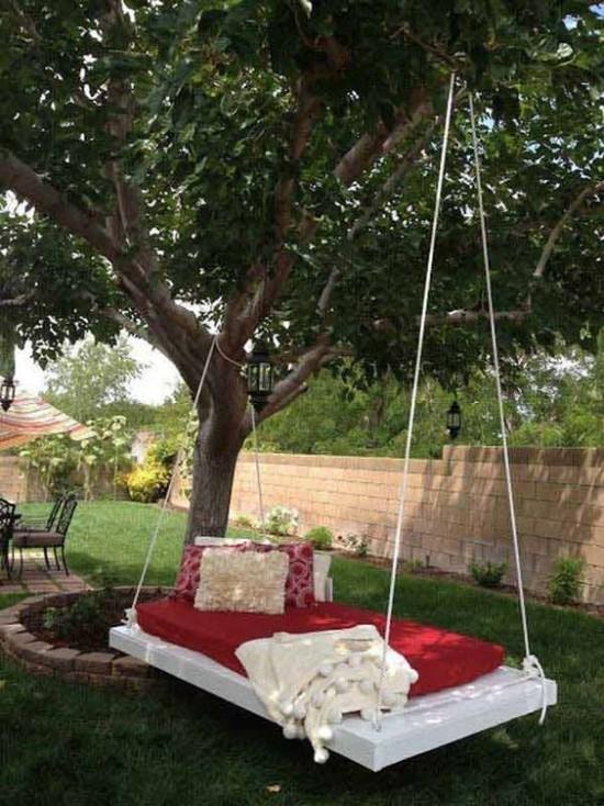 Hängebett draußen modernes Modell im Garten rote Polsterung sehr bequem entspannte Atmosphäre