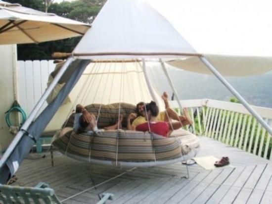 Hängebett draußen modernes Modell in runder Form als Zelt junge Leute amüsante Stunden