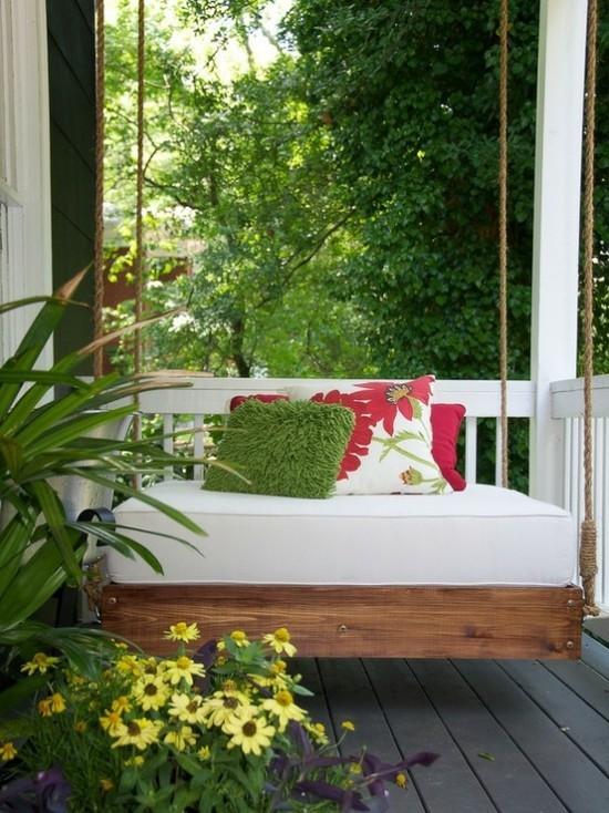Hängebett draußen schön gemusterte Deko Kissen weiße