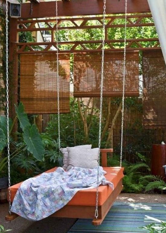 Hängebett draußen viel Grün exotische Pflanzen Sichtschutz auf der Veranda