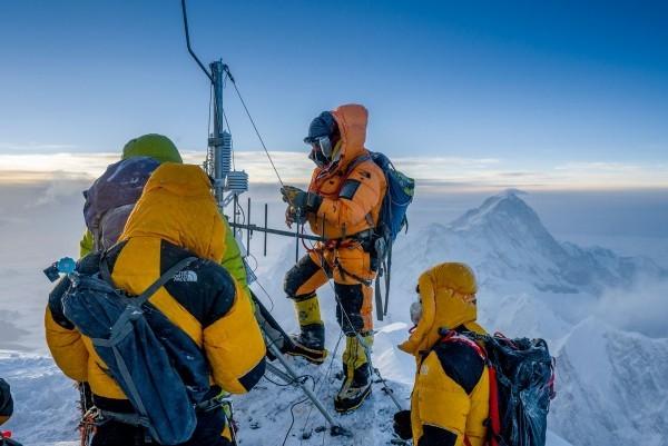 Höchste Wetterstation der Welt auf Mount Everest errichtet forscherteam auf the balcony