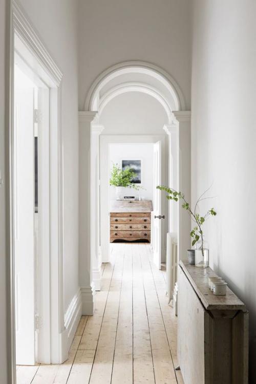 Halbkreisfenster gewölbte Zimmerdurchgänge Flur ohne Türen ansprechendes Designkonzept
