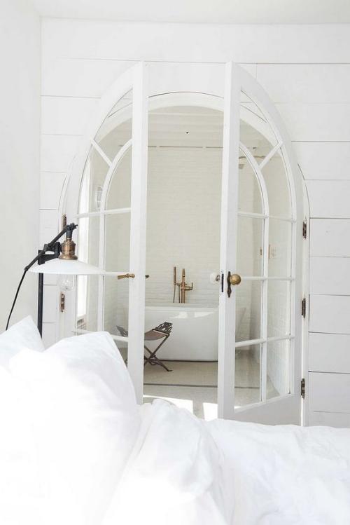 Halbkreisfenster gewölbte Zimmerdurchgänge Interieur ganz in Weiß Schlafzimmer Bad französische Tür Retro-Elemente