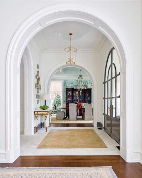 Halbkreisfenster gewölbte Zimmerdurchgänge bogenförmige Elemente lange Tradition