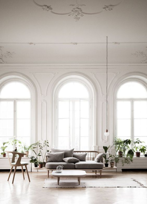 Halbkreisfenster gewölbte Zimmerdurchgänge drei Fenster viel Tageslicht elegantes Wohnzimmer
