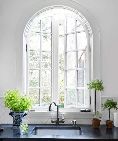 Halbkreisfenster gewölbte Zimmerdurchgänge eine helle und sehr ansprechende Küche Spüle grüne Zimmerpflanzen