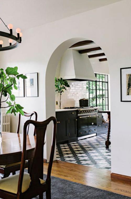Halbkreisfenster gewölbte Zimmerdurchgänge eleganter Durchgang zwischen Esszimmer und Küche