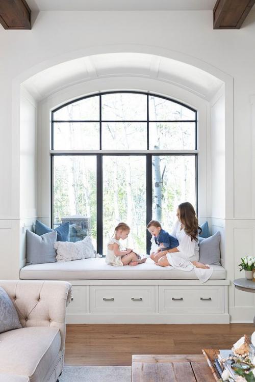 Halbkreisfenster gewölbte Zimmerdurchgänge gepolsterte Sitzbank Kinder spielen