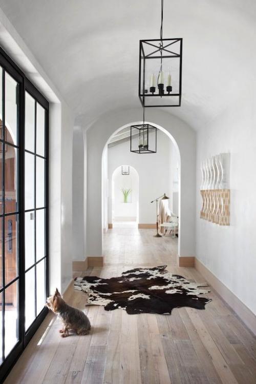 Halbkreisfenster gewölbte Zimmerdurchgänge langer Flur ohne Abgrenzung viel Licht guter Durchblick