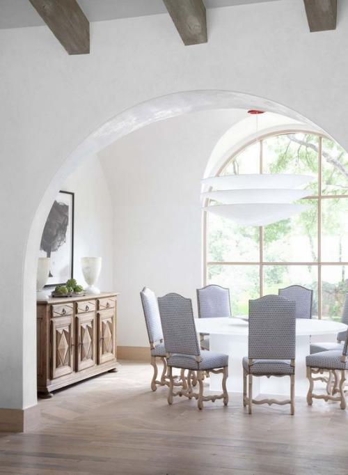 Halbkreisfenster gewölbte Zimmerdurchgänge schönes Interieur in Grau viel Licht Holzkommode