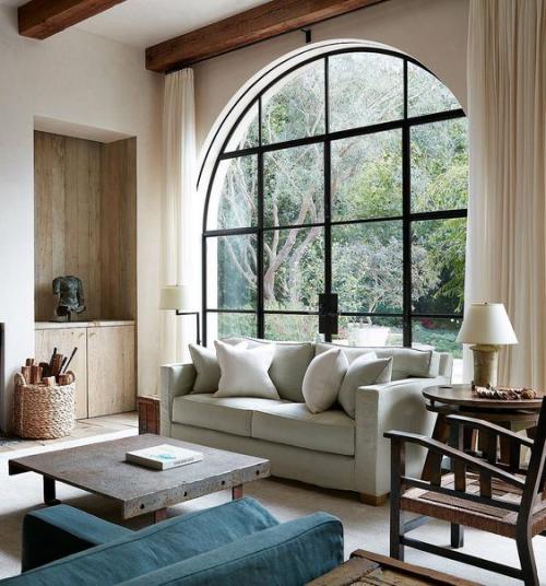 Halbkreisfenster gewölbte Zimmerdurchgänge schönes Wohnzimmer mit Retro-Charme