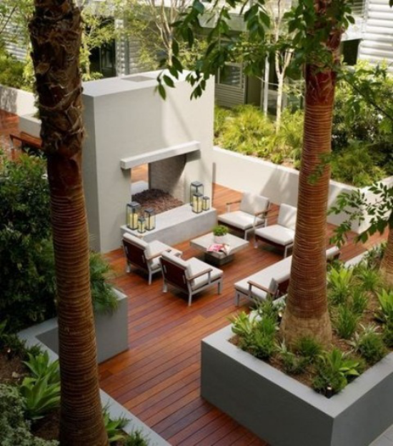 Holzterrasse gestalten Blick zwischen Bäumen minimalistische Einrichtung sehr ansprechend