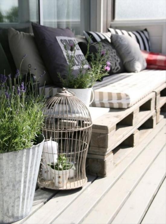 Holzterrasse gestalten Outdoor Sofa aus Paletten große bequeme Kissen