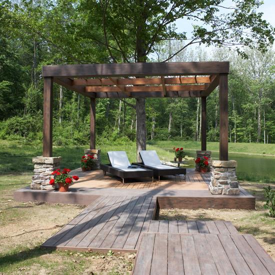 Holzterrasse gestalten Pergola Zugang aus Holzdielen zwei Liegestühle Ruhe-Oase