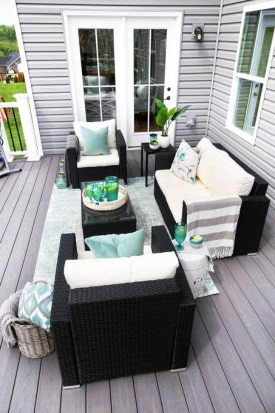 Holzterrasse gestalten Rattan Möbel weiße Sitzkissen hellblaue Deko Kissen