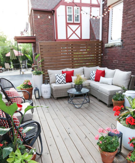 Holzterrasse gestalten Sichtschutz bequeme Möbel ansprechende Farben