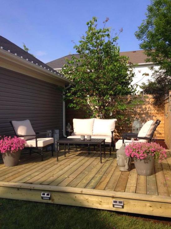 Holzterrasse gestalten Sichtschutz sich entspannen richtige Ruhe-Oase Blumen