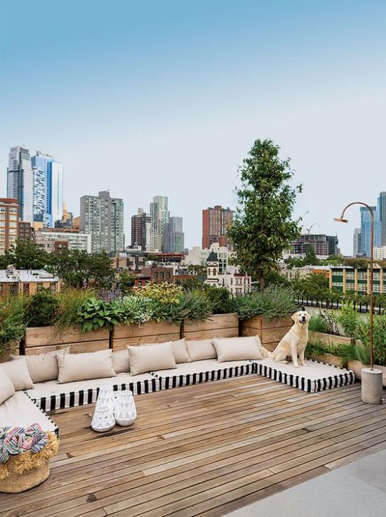 Holzterrasse gestalten auf dem Dach in der Großstadt ein Stück Natur
