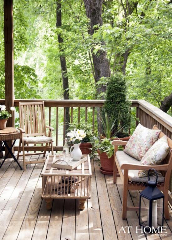 Holzterrasse gestalten einfache Gartenmöbel aus Holz viel Grün