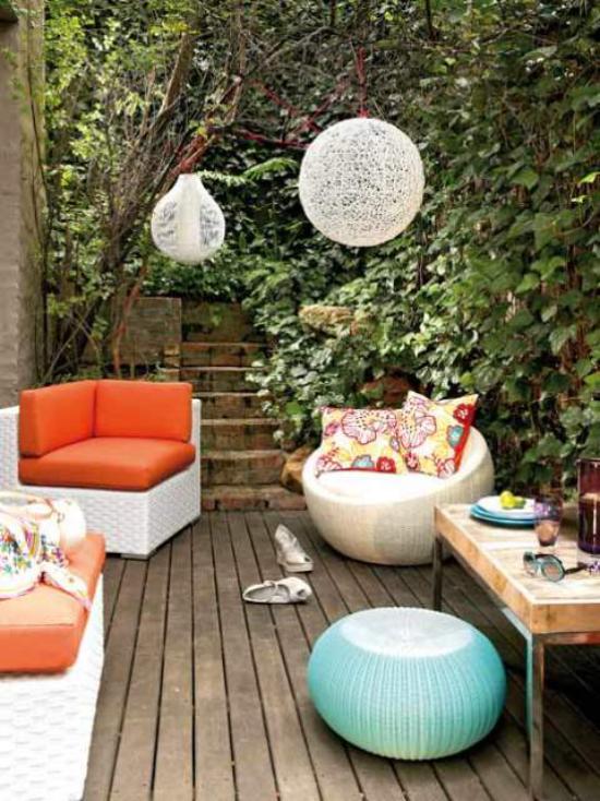 Holzterrasse gestalten kleine Fläche grelle Farben runde Formen viel Gartengrün