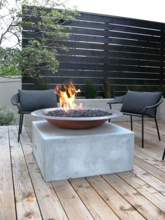 Holzterrasse gestalten minimalistisch Feuerschale auf Podest