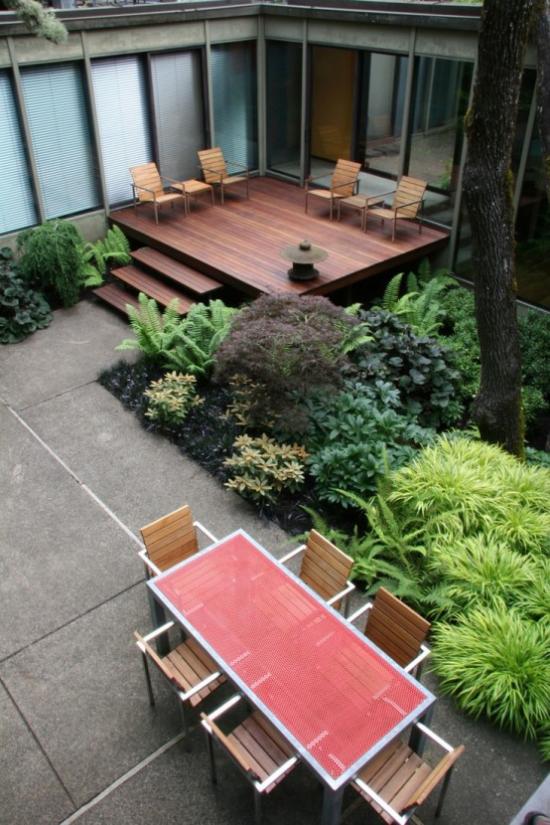 Holzterrasse gestalten minimalistisch einfache Möbel viele grüne Pflanzen