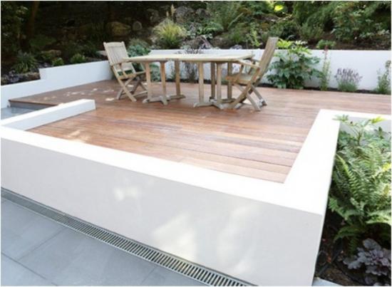 Holzterrasse gestalten minimalistisch eingerichtet viel Grün rundherum