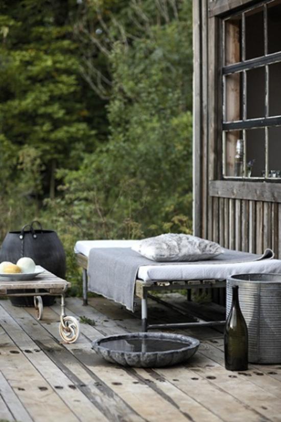 Holzterrasse gestalten minimalistisch mit Retro Elementen Grau dominiert