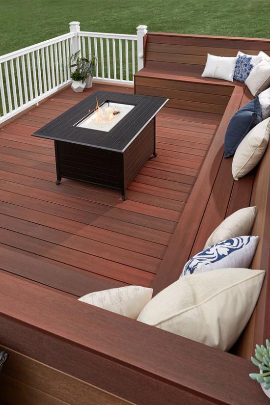 Holzterrasse gestalten modern mit Feuerstelle eingebaute Sitzbänke Stauraum platzsparend