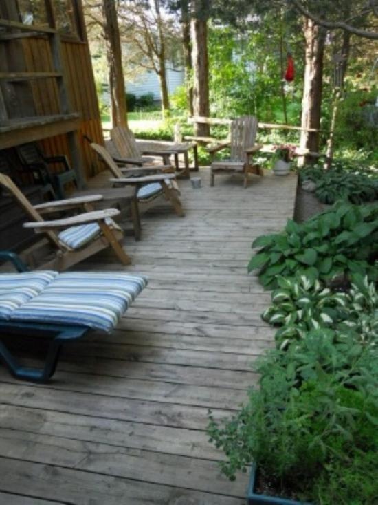 Holzterrasse gestalten rustikal alte Liegestühle neue Anwendung