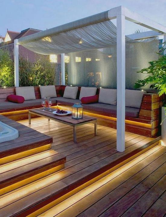 Holzterrasse gestalten schön einladend bequeme Möbel Whirlpool Sonnensegel