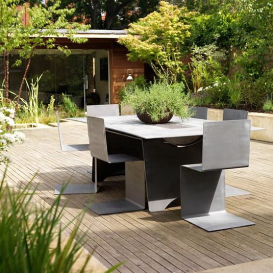 Holzterrasse gestalten viele Inspirationsideen für Stil Einrichtung Dekoration moderne Möbel viel Grün