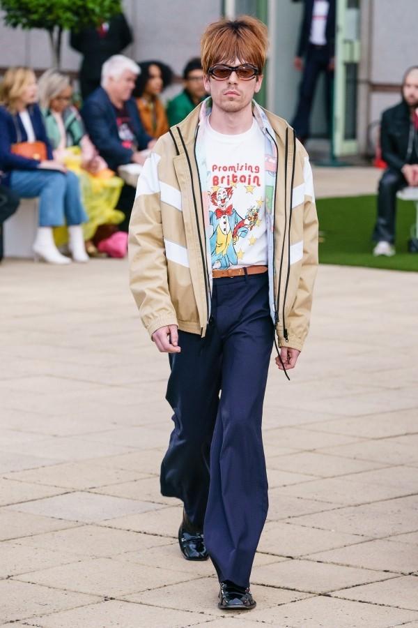 Jacke und blaue Hose Modetrends