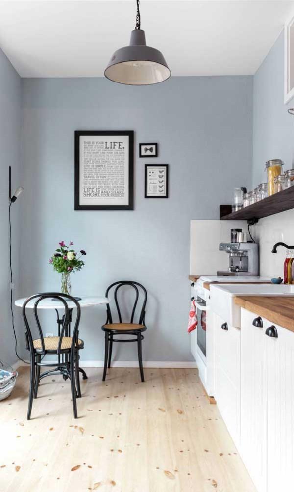 Küchentische Idee vor einem blauen Hintergrund